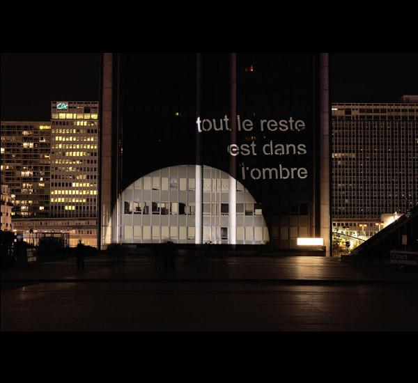 <em>TOUT LE RESTE EST DANS L'OMBRE</em>, Michel Verjux, 2010.<br>Une œuvre r&eacute;alis&eacute;e en collaboration collaboration avec Isabelle Lartault pour la Nuit Blanche à Paris en 2001.