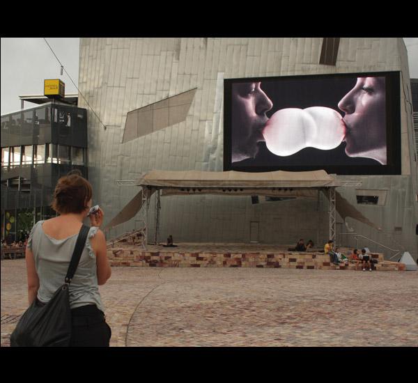 <em>À port&eacute;e de souffle</em>, installation vid&eacute;o interactive par Jean Dubois et Chlo&eacute; Lefebvre, version pour le Federation Square, Melbourne, Australie, 2010.