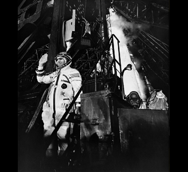Ivan Istochnikov dira adieu avant d'aborder la navette, de la série Sputnik, 1997