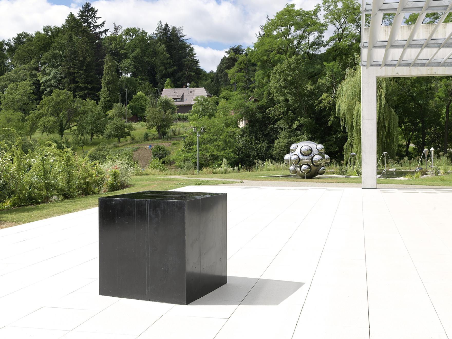 Défaut originaire, Lorella Abenavoli. Sculpture. Résine, eau, pompe, 1m. x 1m. x 1m., 2013, Collection Fondation François Schneider, photo: ©André Morin