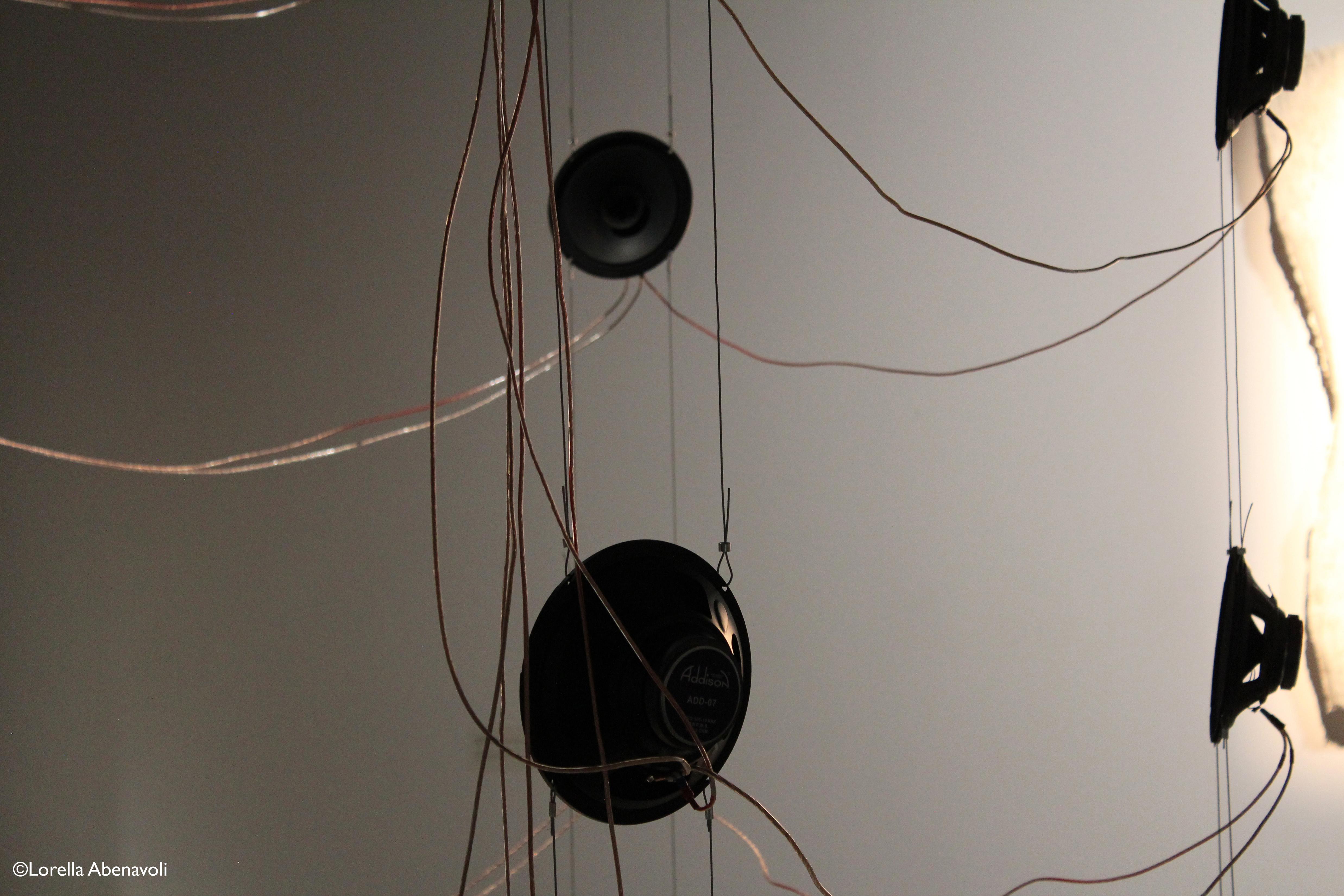 Verticale, L. son d. la m..té. d. .a sève d..s un a.bre au pr..temps, installation (détail) Lorella Abenavoli. Suspension contenant toute l'électronique du projet reliée par un bouquet de câble aux 42 haut-parleurs. 2014. Galerie R3 UQTR. Photo: ©Lorella Abenavoli